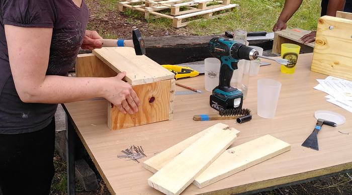 Atelier de fabrication de meubles ou d'objets du quotidien à partir de matériaux et d'objets de récupération.