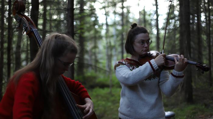 Dans le cadre du festival riverrun, le duo norvégien de musique improvisée VILDE&INGA propose un dialogue spontané entre leur musique acoustique et l'environnement de trois lieux albigeois.