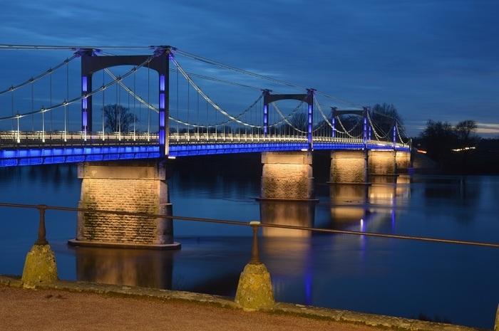 Unique en France et... c'est dans le Loiret à Châteauneuf-sur-Loire !       L'élégant pont suspendu sur la Loire vous en met plein les yeux avec des scénarios d'éclairage à l'infini.  Animation musicale ...