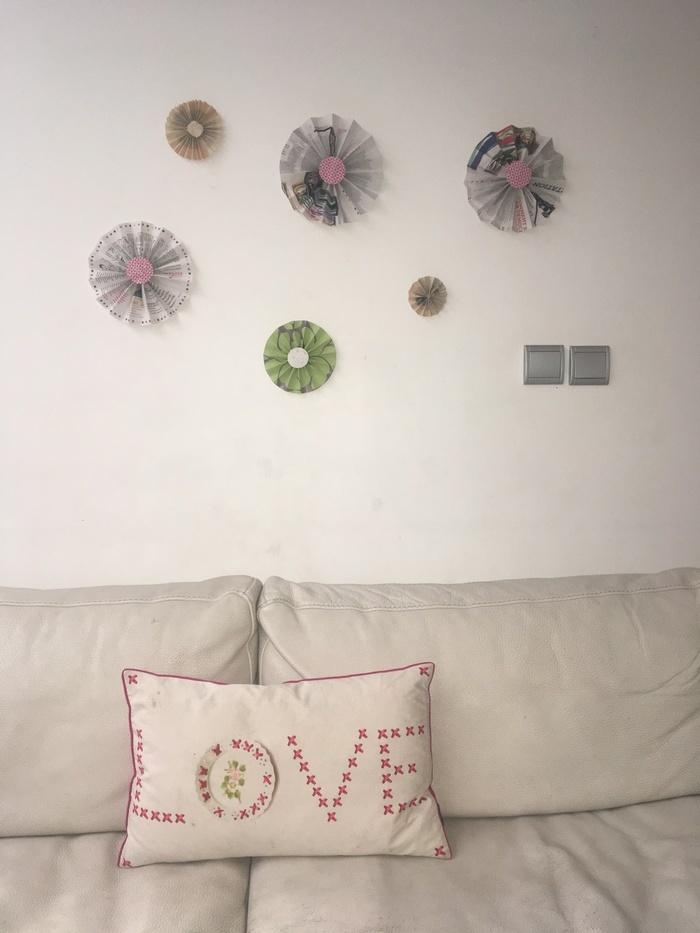 Petites, moyennes ou grandes, créez des rosaces colorées en papier recyclé pour décorer et égayer votre intérieur.