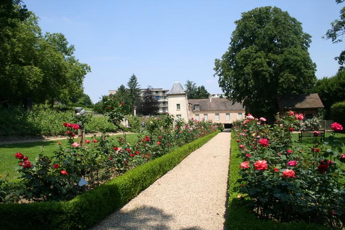 Le musée d'art et d'histoire de Meudon est installé dans une demeure du XVIIe siècle, ayant appartenu à Armande Béjart. Il conserve un jardin à la française abritant une collection de sculptures.
