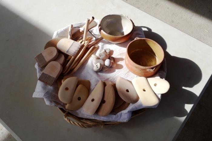 Depuis quand l'argile est-il utilisé ? Comment les céramologues étudient-ils les tessons et les objets en terre cuite retrouvés lors des fouilles ?