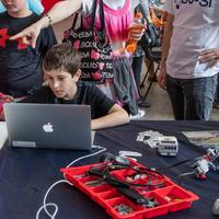 Tu pourras construire ton propre robot Lego Boost© et défier tes amis au cours d'une olympiade robotique !