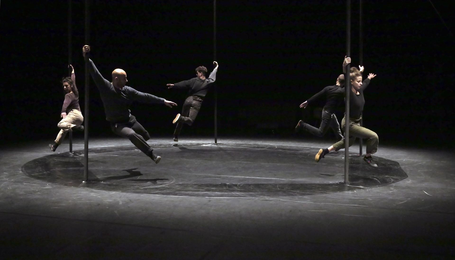 Saltimbanques et nomades, cinq circassiens perpétuent les rituels de déplacement qui occupent l'humanité depuis toujours. Ce spectacle est proposé par le théâtre d'Arles.