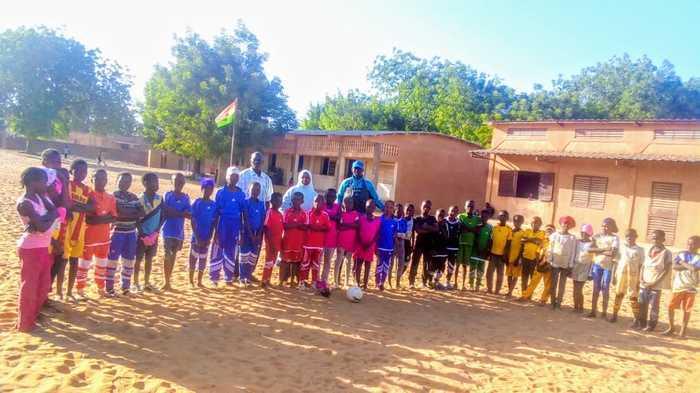 Fêter la francophonie sportive et culturelle avec des rencontres de football, de cross et des animations pour les élèves du primaire et du secondaire