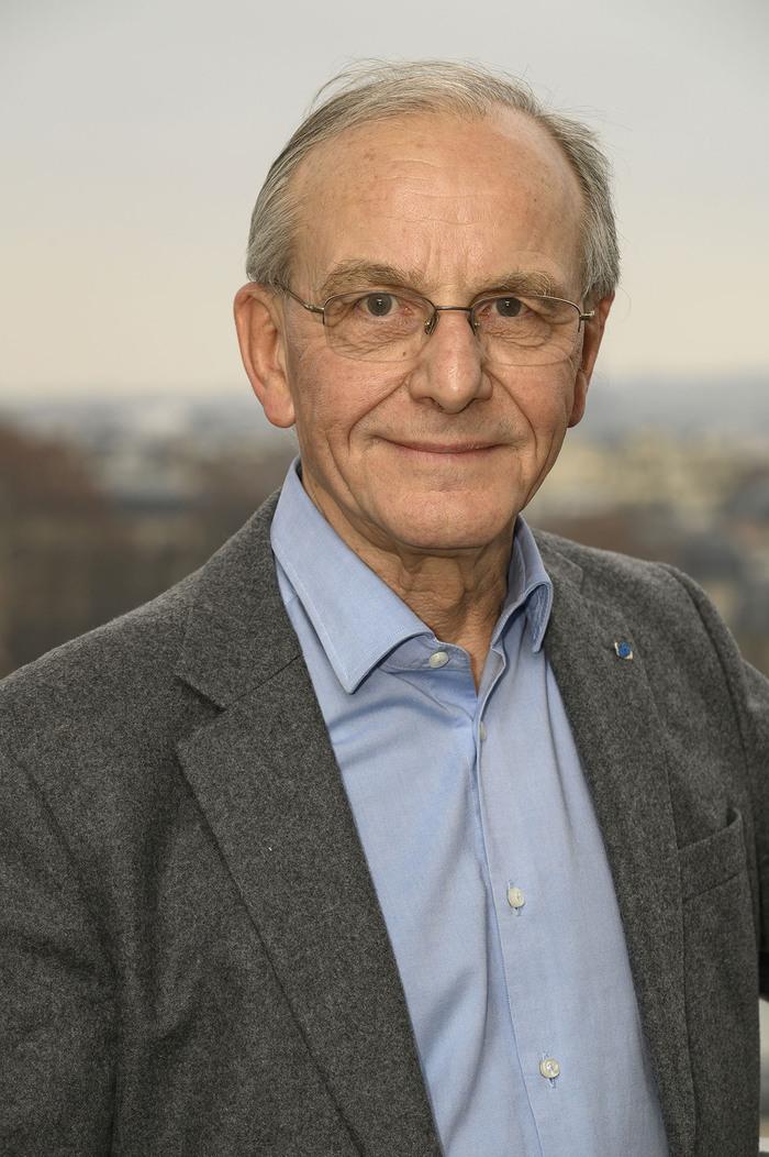 Conférence du généticien Axel Kahn sur l'éthique dans la recherche scientifique.