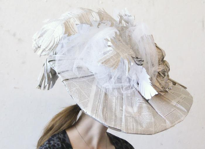 Atelier de fabrication de chapeaux en papier journal.