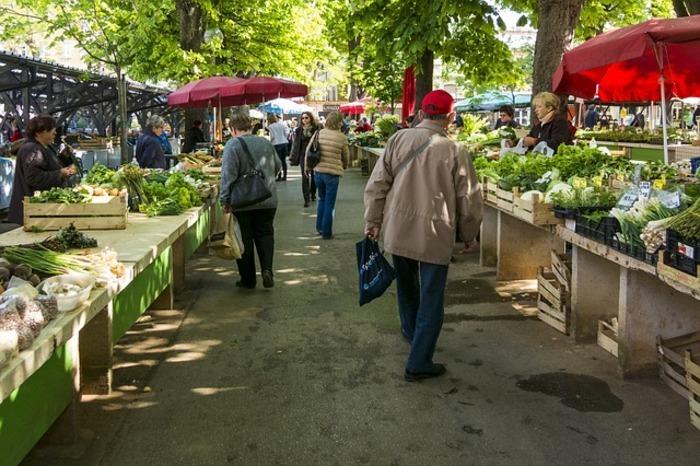 Le Champ de Foire est le lieu incontournable à découvrir le vendredi matin. Les producteurs locaux vous accueillent : légumes, volailles, poissons, vins, fleurs, art de la table.