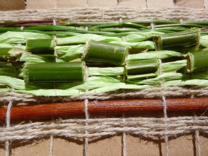 Lin, ramie, laine, chanvre... Apprenez quelles sont les fibres naturelles et associez-les dans un tissage décoratif que vous pourrez accrocher chez vous.