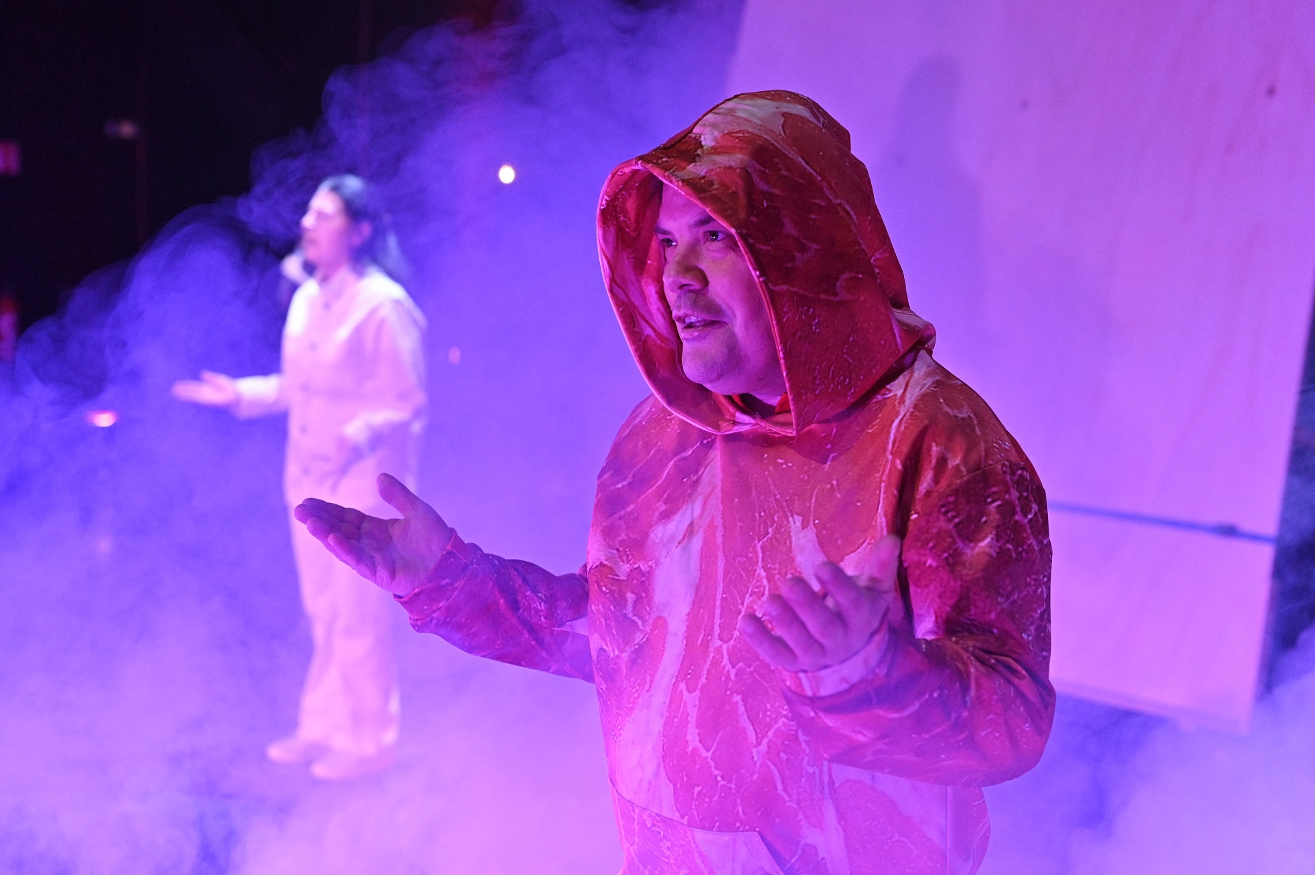 Dans ce spectacle proposé par le théâtre d'Arles, Michel Schweizer dirige les comédiens de la compagnie L'Oiseau-Mouche dans une création incisive et décalée.