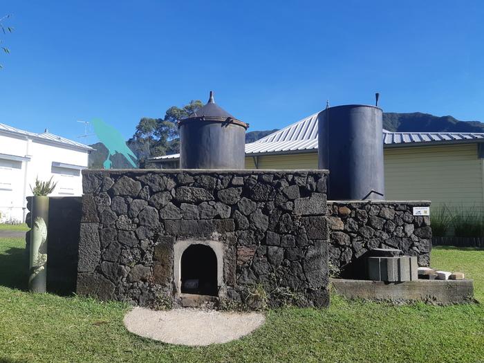 Journées du patrimoine 2019 - Distillation de cryptomeria avec l'alambic du Domaine des Tourelles