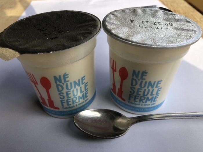 Vente à la ferme de yaourts au lait entier.