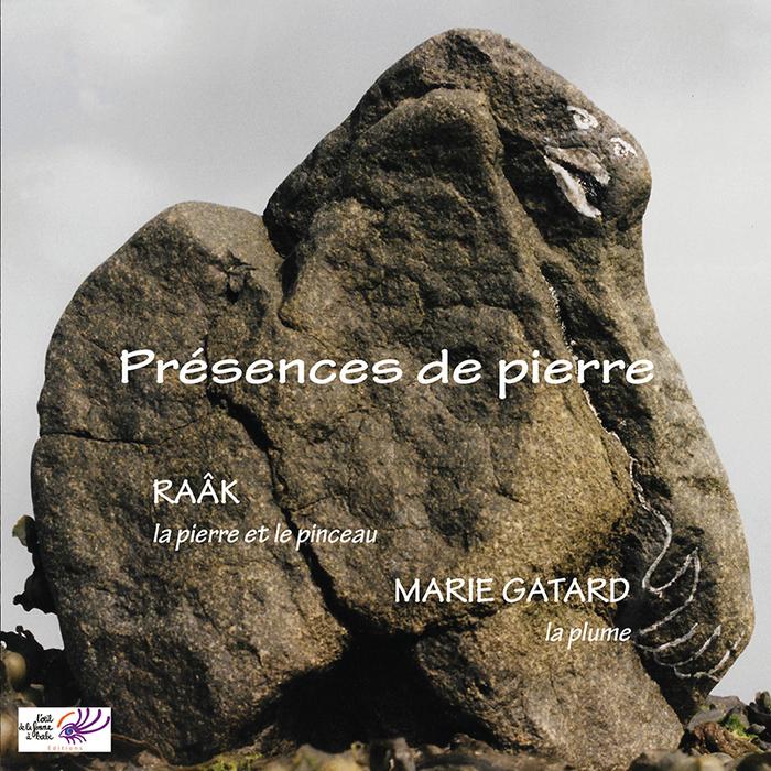 Raâk ramasse sur les plages des pierres auxquelles elle donne vie d'un coup de pinceau et qu'elle photographie elle-même. Marie Gatard raconte en poésie l'histoire de chacune d'entre elles.