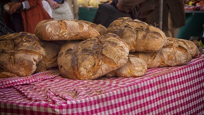 Le marché du terroir a lieu tous les premiers dimanches du mois (sauf en janvier) sur la place Jean Jaurès.