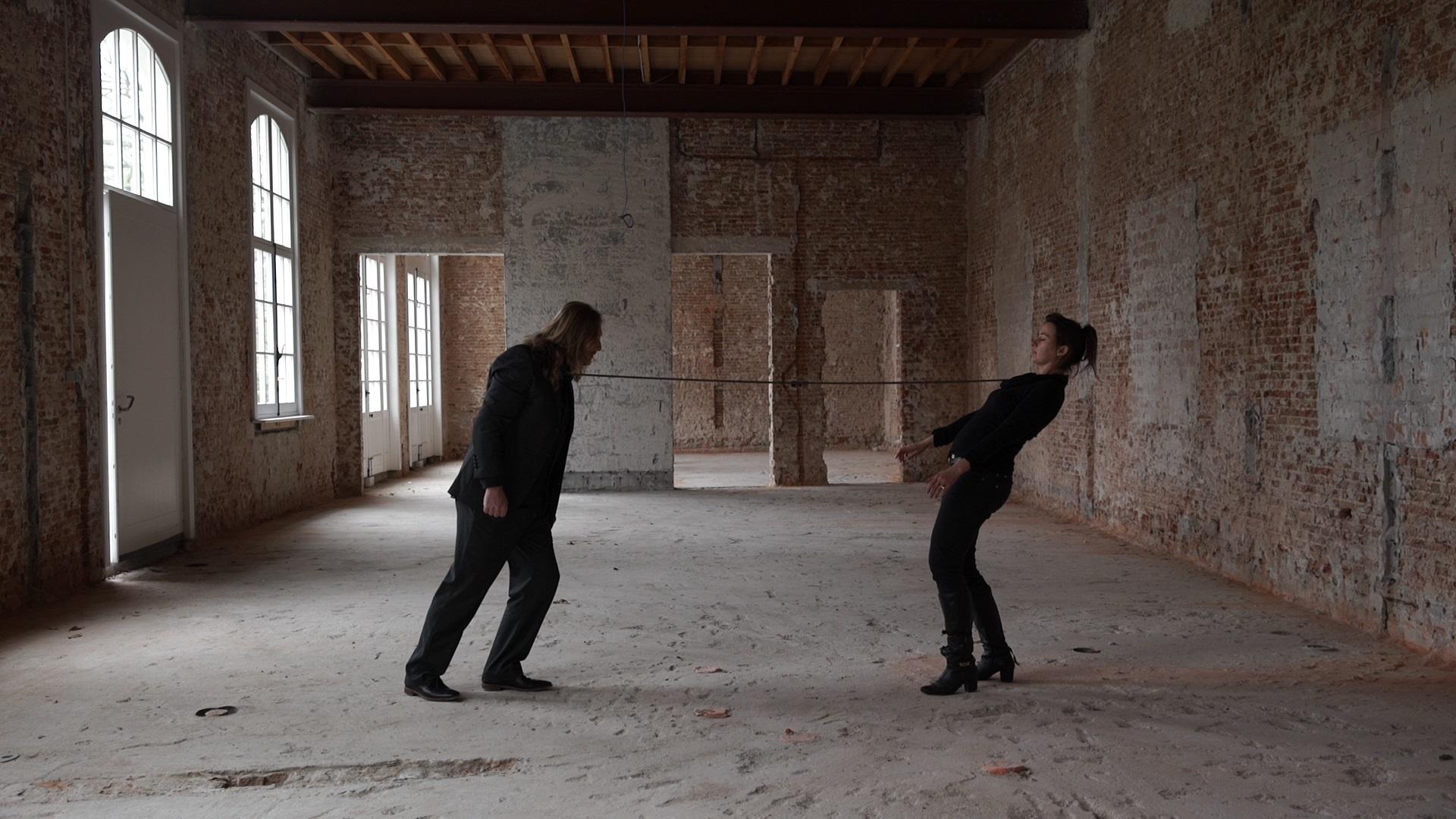 Spectacle de cirque proposé par le théâtre d'Arles, autour d'un duo énigmatique qui transforme les gestes en poésie muette.
