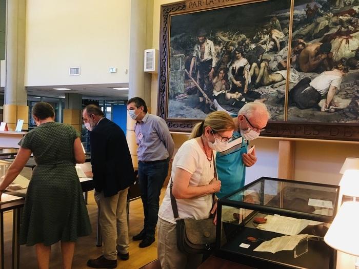 Visite guidée du bâtiment et des magasins d'archives, avec découverte des originaux du Moyen Âge à nos jours.