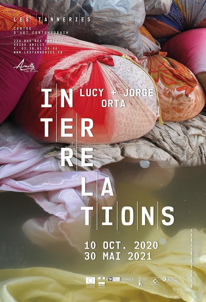 Pour leur exposition aux Tanneries intitulée Interrelations, le duo d'artistes-chercheurs et collectionneurs transforme l'espace de la Grande Halle en un immense champ de bataille.