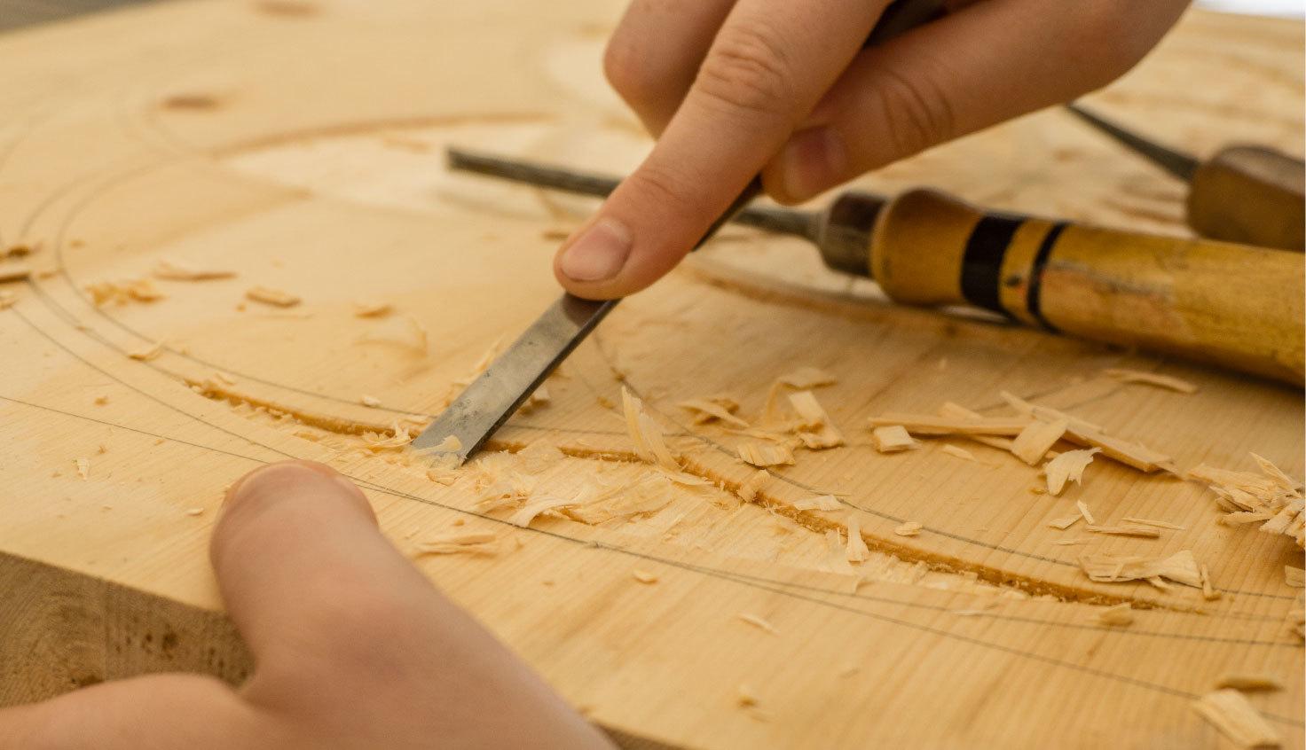 L'enjeu de ces deux jours de stage est de permettre une découverte des outils et des techniques de la sculpture sur bois.
