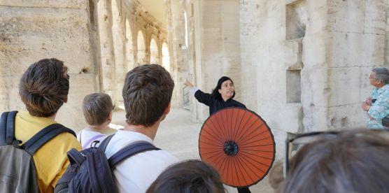 Visite drôle et décalée par la Compagnie le Rouge et le Vert, proposée par la direction du patrimoine d'Arles, ville d'art et d'histoire