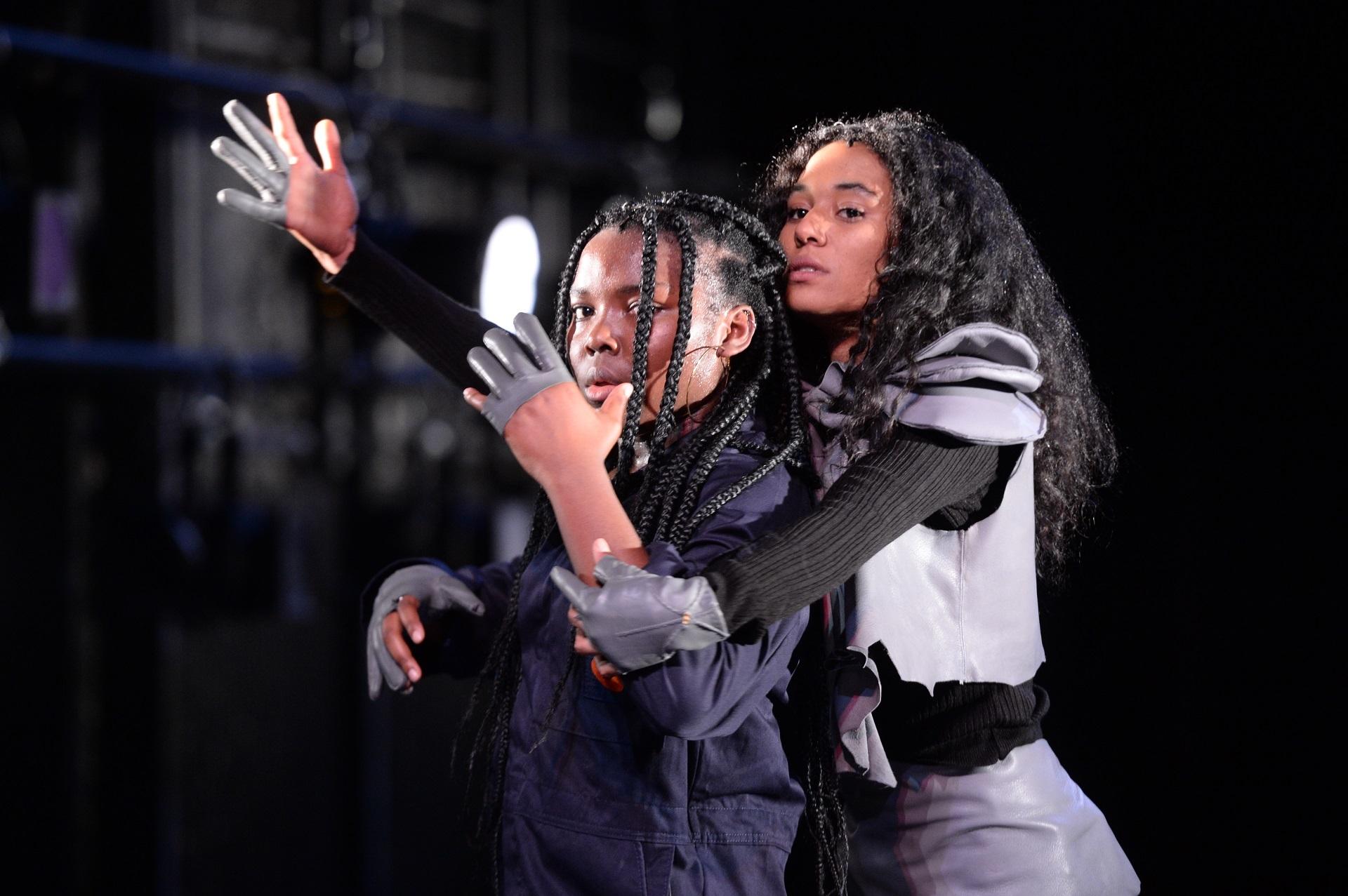 L'histoire d'un clash ou d'une battle, entre le rap, la danse et le théâtre, l'histoire d'une rencontre entre trois femmes.