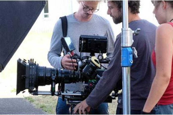 Viens donc créer ton court-métrage de A à Z avec une équipe spécialisée. Le séjour est rythmé par des activités cinéma, du travail d'équipe et des activités sportives.