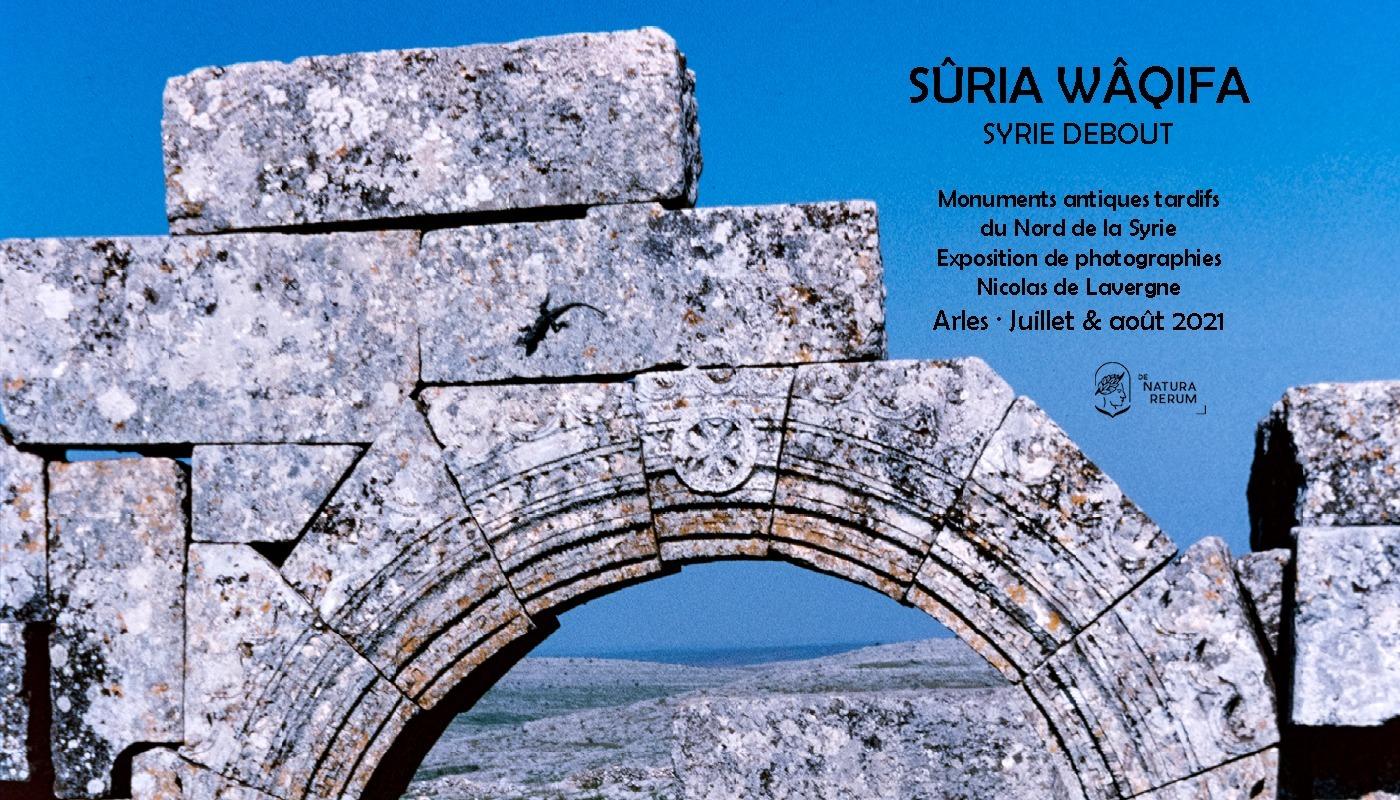 Les ruines des monuments antiques tardifs de Syrie du Nord apparaissent aujourd'hui comme un horizon métonymique. Classées depuis 2011 au patrimoine mondial, elles demeurent malgré tout, debout.