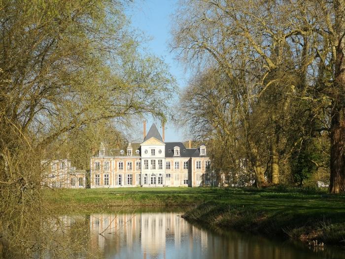 Journées du patrimoine 2020 - Visite guidée des extérieurs du château de Pinterville. Anamorphose sur la pelouse.