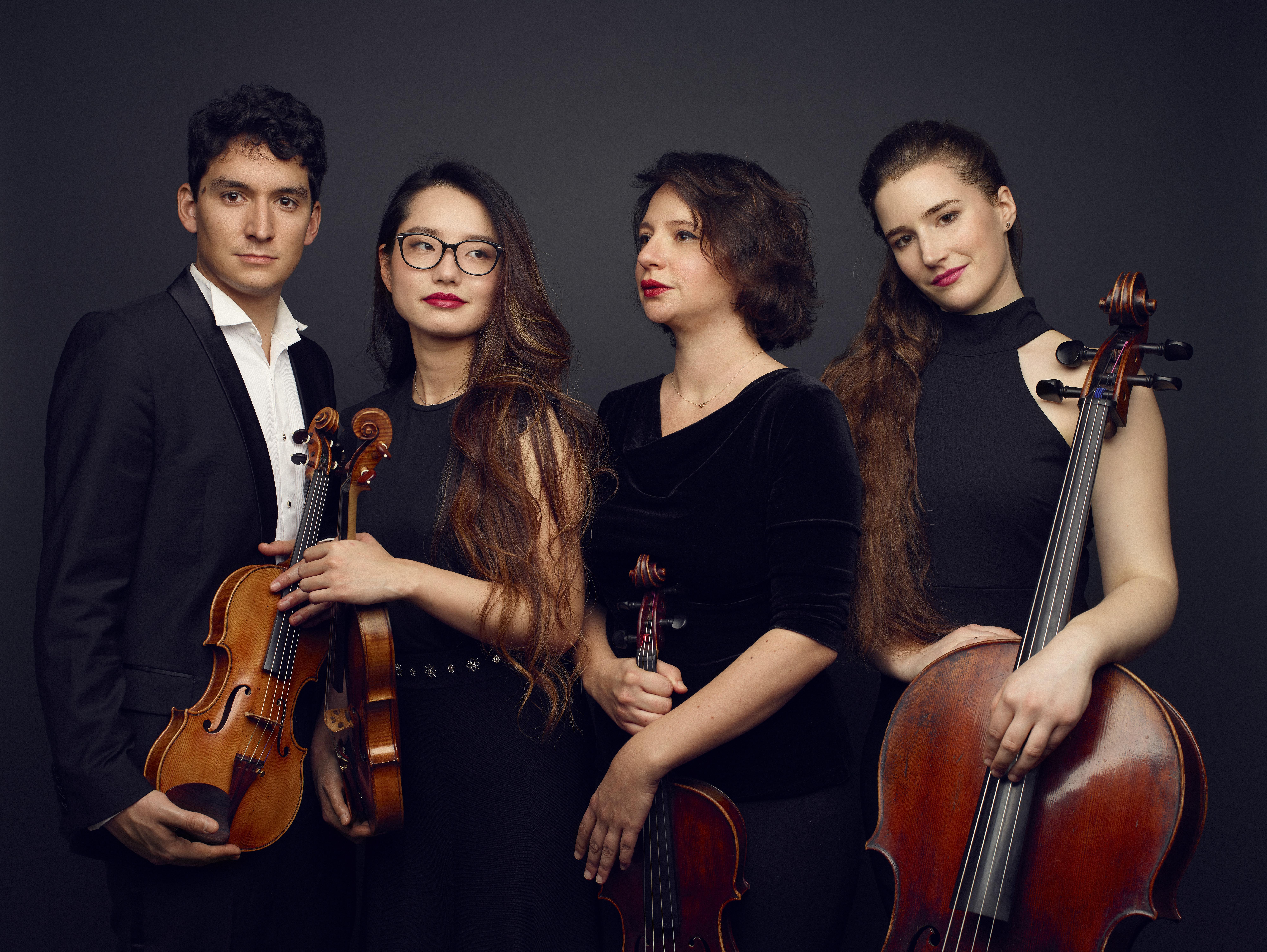Le Quatuor Akos aspire aux surprises et à la magie de l'instant, associant héritage musical et modernité en proposant des programmes de concerts éclectiques sur archets classiques et modernes.