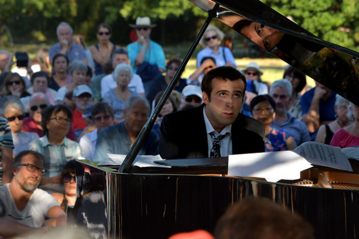 Récital de musique classique au piano en pleine nature