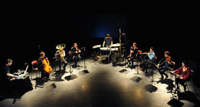 """L'Ensemble]h[iatus joue """"As long as breath or bow"""" d'Anthony Pateras, ainsi que """"1984, it's okay"""" et """"Thelma Mansfield"""" de Jennifer Walshe dans la salle haute du Grand Théâtre d'Albi."""