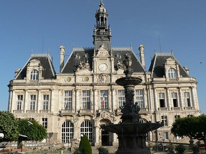 Illumination de l'hôtel de ville de Limoges aux couleurs européennes