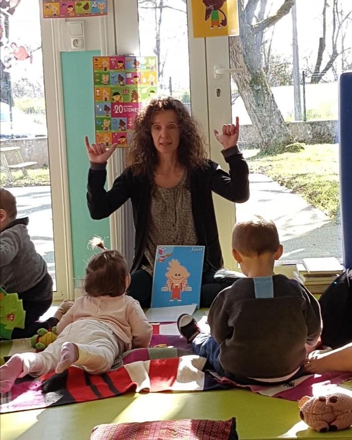 Communiquer avec les signes permet de faciliter la relation avec son enfant avant qu'il ne vous parle.