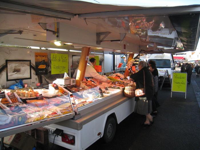 Le marché de Vésines est la référence de notre commune : il a lieu le vendredi matin sur la place Lavoisier (rénovée depuis octobre 2011) et 80 commerçants le fréquentent toutes les semaines