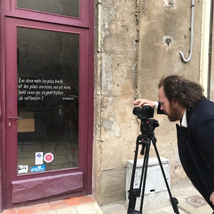 D'où viennent les citations écrites sur les murs de La Charité-sur-Loire ? Avénarius d'Ardronville nous dévoile l'origine de cette étonnante tradition…