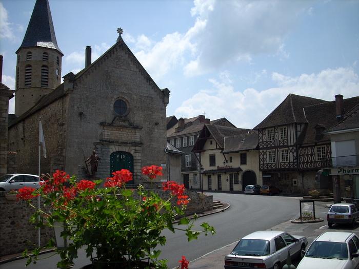 Journées du patrimoine 2020 - Visite libre d'une église du XIVe siècle et son portail en bois et porcelaine, unique en France !