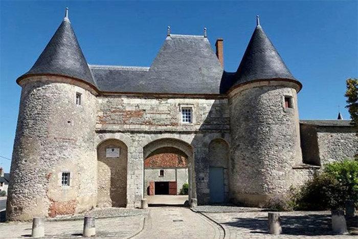 Le château médiéval au cœur de Huisseau-sur-Mauves vous accueil à la découverte de ses extérieurs et de son parc.
