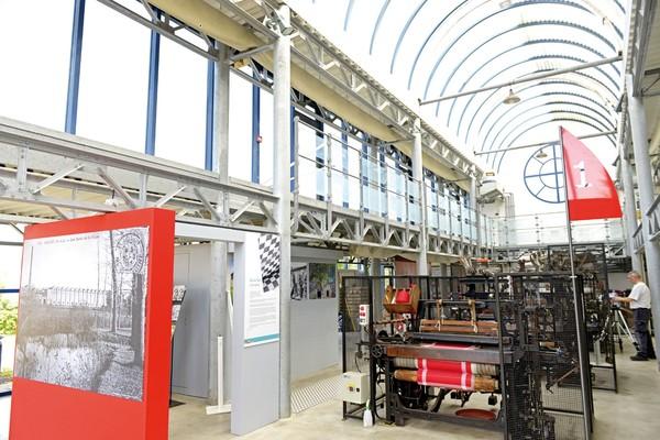 Nuit des musées 2019 -Démonstration sur les métiers à tisser mécaniques.