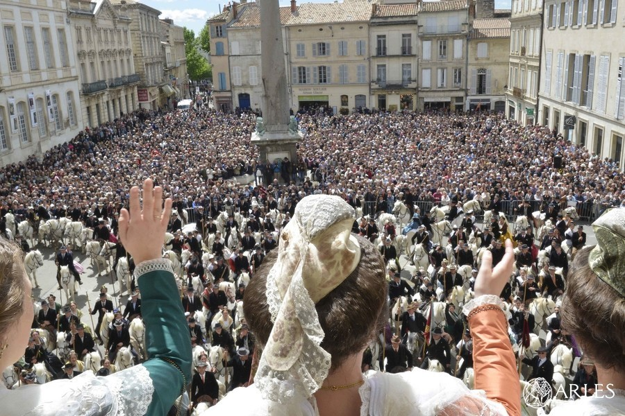 Arles vit deux temps forts de la tradition le samedi 12 juin, toute la journée.