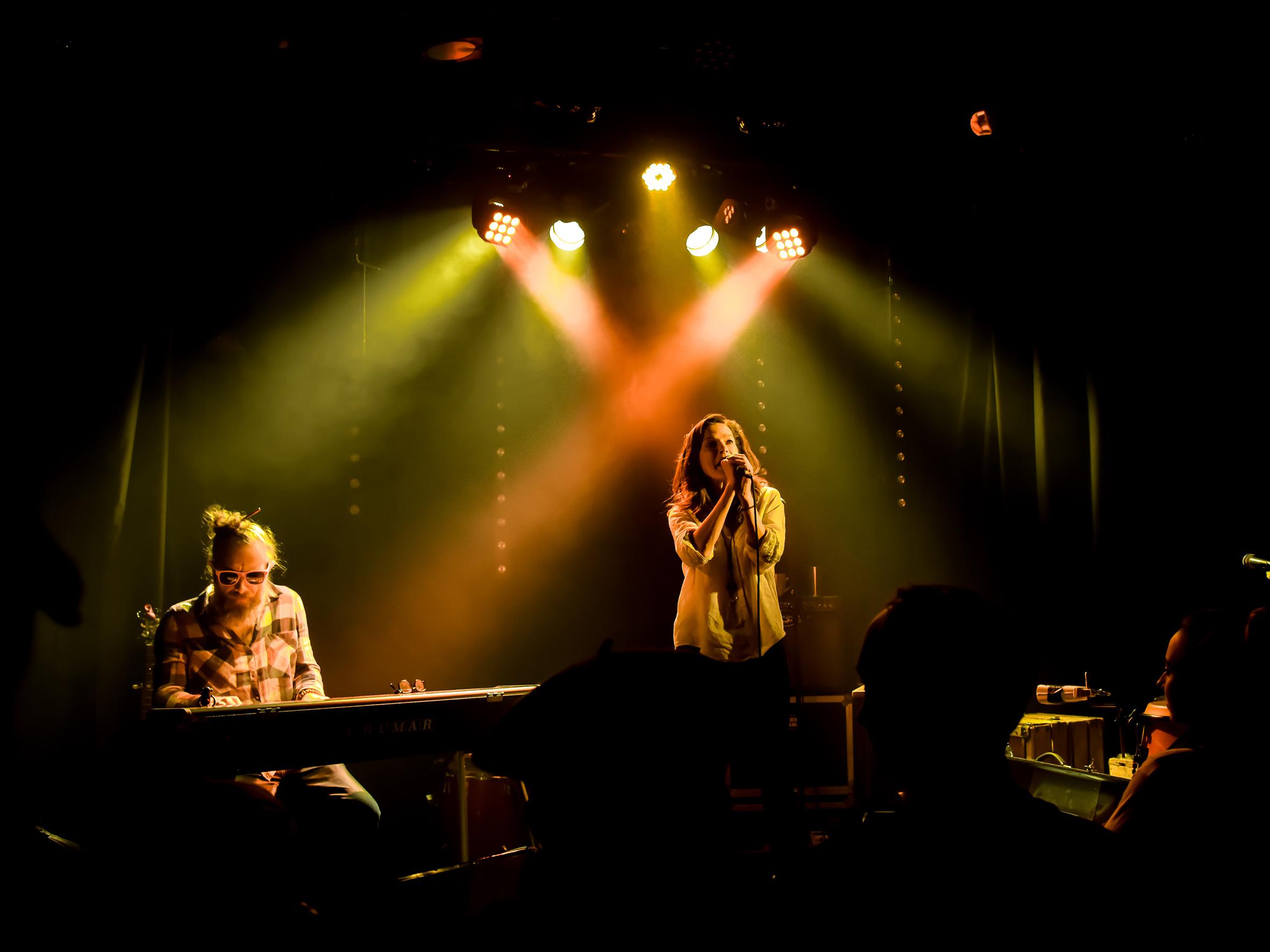 Dans le cadre d'Arles se livre, « Trouver les mots et les silences » Micro-cabaret, à la nuit tombée avec Thézame Barrême (éditions Moires) et Abdul Jaba (piano électro) du groupe Hedy Lamarr