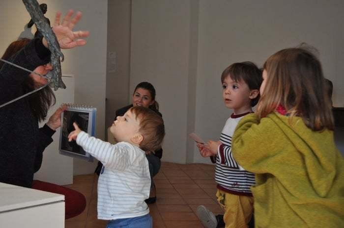 Histoires, comptines et jeux sensoriels rythment cette première approche artistique. Une petite parenthèse à partager en famille !