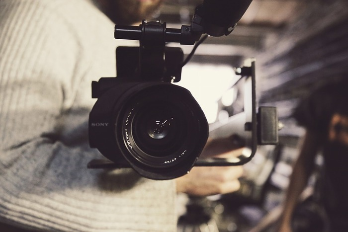 Derrière (ou devant !) la caméra, une création collective pour proposer une visite virtuelle de la nouvelle expo du centre d'art le Lait.