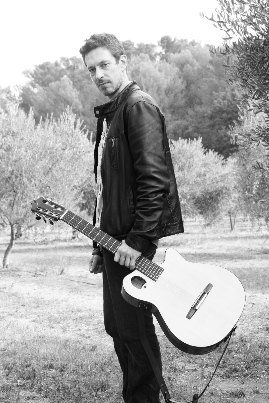 Dans le cadre des Rues en musique, le guitariste compositeur, Diego Lubrano réunit les terres brûlantes du flamenco vers les contrées lointaines du jazz