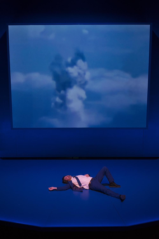 Un pas de côté en marge du monde, dans un théâtre magique où fiction et réalité se confondent. Un spectacle mis en scène par Joris Mathieu et proposé par le Théâtre d'Arles.