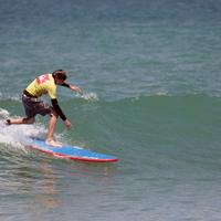 Surf sur les vagues du Pays Basque lors de ce séjour sous le soleil du Sud Ouest de la France
