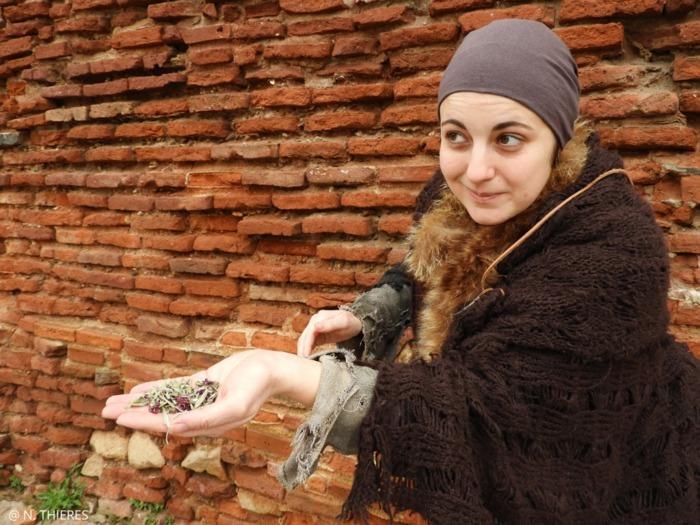 Jeannette, une rebouteuse du Moyen Âge vous plongera dans le quotidien des Albigeois, lors d'une visite contée en costume d'époque.