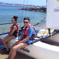 Hisse ta voile au vent et navigue en catamaran au large de la baie de St Jean De Luz.