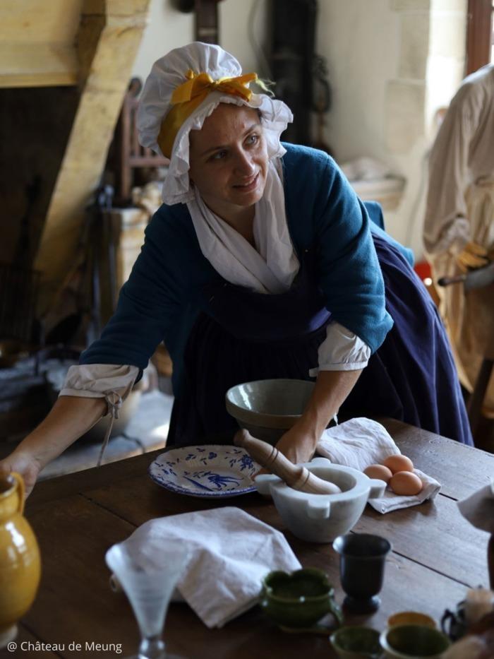 Revivez l'histoire du château de Meung et de ses habitants au XVIIIe siècle, à l'aube de la Révolution, guidés par la cuisinière du château en costume d'époque.