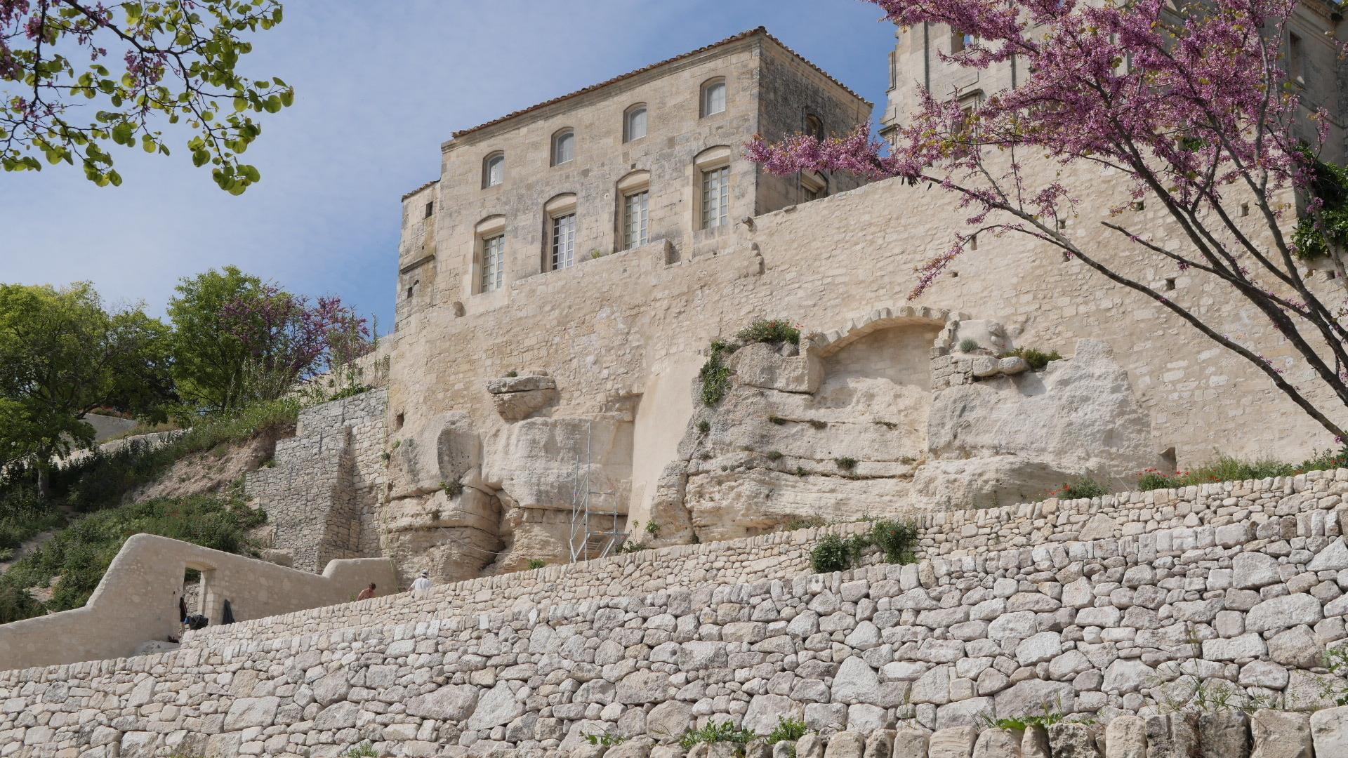 Malgré la fermeture du monument et grâce à des visites commentées, partez à la découverte des extérieurs de l'abbaye de Montmajour.