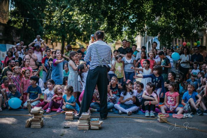 Depuis 9 ans, vers la fin du mois de mai, un phénomène surnaturel a lieu à Timisoara, en Roumanie! L'Institut français se transforme en une Maison des Lutins!