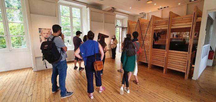 Le centre d'art propose des visites commentées chaque mercredi de l'été, pour apporter un éclairage supplémentaire à votre visite et échanger librement sur les oeuvres